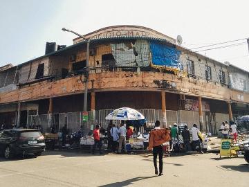 ตลาดเมืองมาปูโต : แผงของมือสองแสนมีชีวิตชีวาแห่งประเทศโมซัมบิก