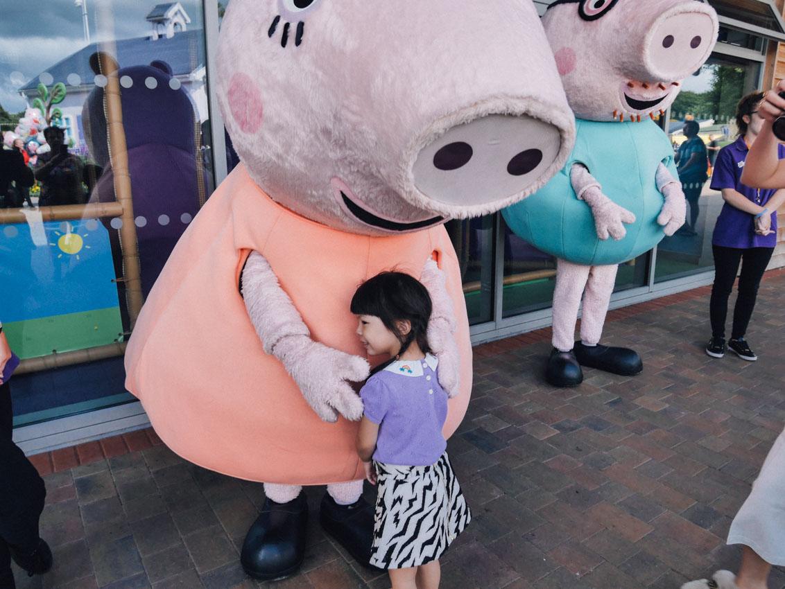 เด็กหญิงชื่นใจพาไปรู้จัก Peppa Pig ซีรีส์การ์ตูนเรื่องดังของอังกฤษที่กลายมาเป็นสวนสนุก