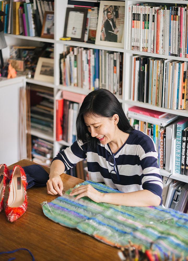 ผศ. ดร.น้ำฝน ไล่สัตรูไกล : ศิลปินหญิงที่ร้อยเรียงสิ่งทอ แฟชั่น และศิลปะ เข้าด้วยกัน