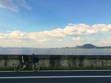 ทางปั่นจักรยานหลากหลายวิวที่มีดีกรีเป็นเขื่อนดินที่ยาวที่สุดในประเทศไทย