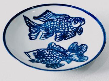 ภาพวาดปลาแบบจีนบนงานกระเบื้องแบรนด์ฝรั่งเศส โดยพลอย จริยะเวช