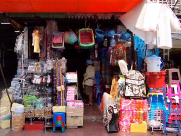 ความเยอะ เอกลักษณ์ของดีไซน์หน้าร้านชำสไตล์ไทยๆ ที่สวนทางกับเทรนด์มินิมอล