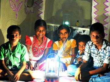OMC บริษัทที่พาไฟฟ้าราคาถูกไปหาชาวอินเดียกว่า 400 ล้านคนที่ไม่มีไฟฟ้าใช้