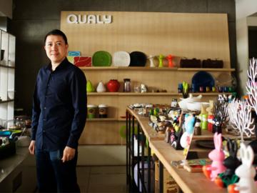 เรื่องราวของทายาทรุ่นสอง Qualy แบรนด์ที่ใช้งานออกแบบที่รัก ต่อยอดโรงงานผลิตชิ้นส่วนพลาสติกและดูแลความฝันของครอบครัว
