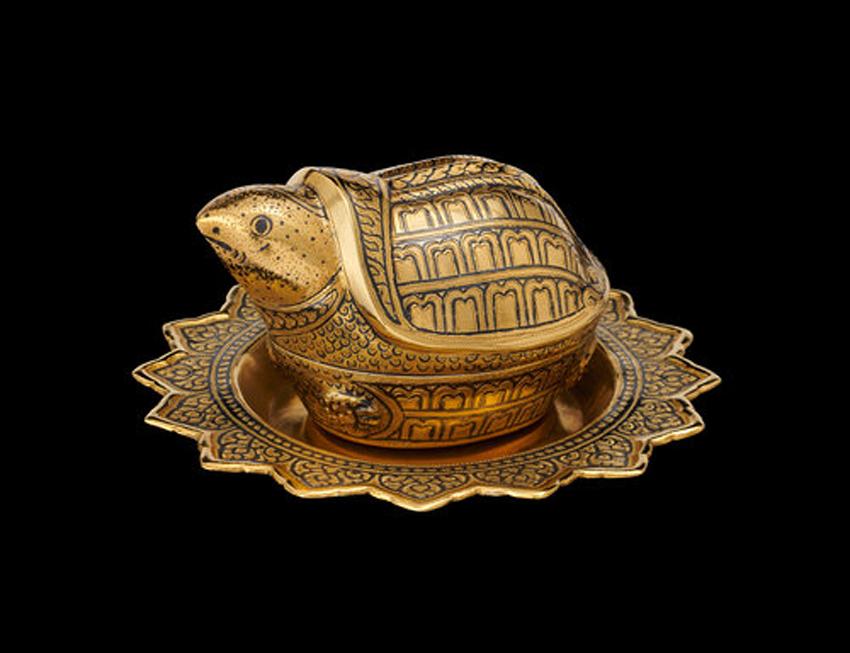 เต่าและพานถมทอง