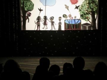เรียนหลักสูตรชีวิตผ่านละครหุ่นเงาของเด็กอนุบาล ๓ โรงเรียนทอสี