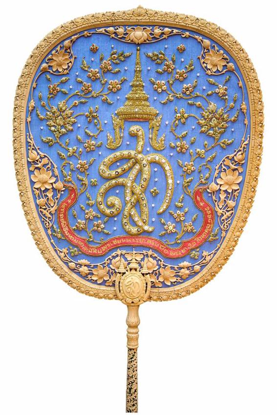 พัดรองที่ระลึก งานพระราชพิธีเฉลิมพระชนมพรรษา 80 พรรษา สมเด็จพระนางเจ้าฯ พระบรมราชินีนาถในรัชกาลที่ 9