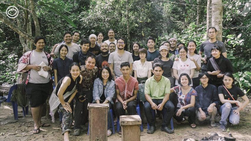 ห้องเรียนวิชาการเก็บน้ำผึ้งเดือนห้า ณ โรงเรียนกลางป่าที่ชื่อหมู่บ้านหินลาดใน เชียงราย