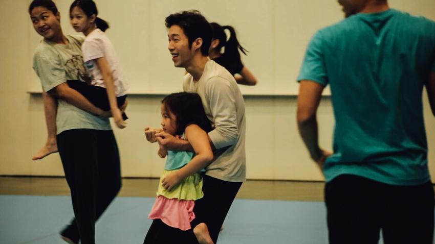 คณะละครเบลเยียมที่สร้างเด็ก 8 ขวบเป็นนักเต้นมืออาชีพ
