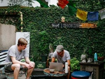The Yard Hostel : โฮสเทลสไตล์บ้านญาติ ที่อยู่ด้วยกันบนความพอดีอย่างครอบครัวใหญ่
