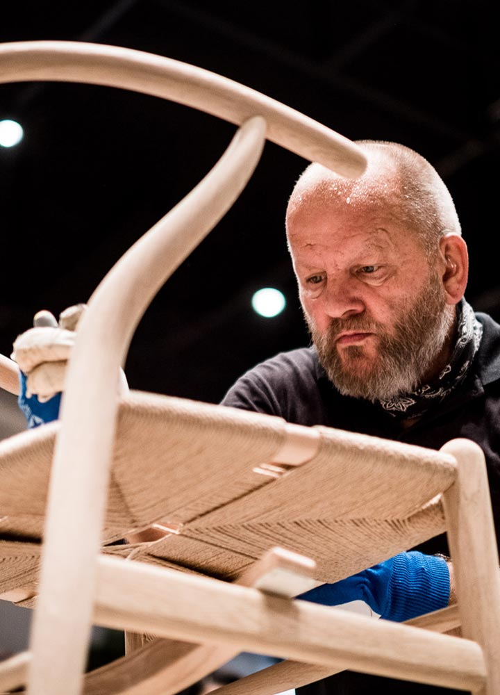 Benny Larsen ปรมาจารย์งานถักเก้าอี้ผู้ไม่ได้ยินเสียง กับศาสตร์แห่งการถักเก้าอี้ในตำนาน