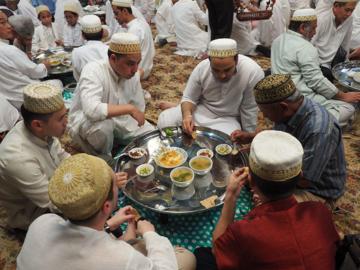 ล้อมวงกิน 'ตับซี' สำรับอาหรับที่หาได้ในมัสยิดเท่านั้น