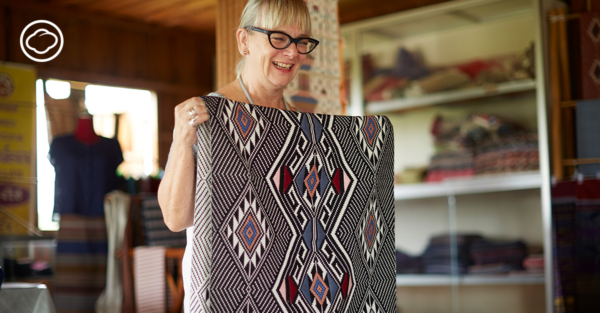 Alison Welsh อดีตนักทำนายเทรนด์แฟชั่นอังกฤษ ที่ผันตัวมาออกแบบผ้าทอมือไทย