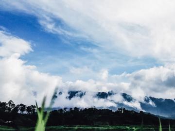 ก้อนเมฆหลากรูปร่างและเฉดสีที่เป็นสัญญาณเปล่งเสียงแทนธรรมชาติ