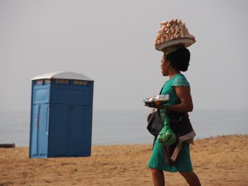 สี่แยก ร้านสะดวกซื้อเทินหัวของแอฟริกาที่เปิดขายเฉพาะตอนติดไฟแดง