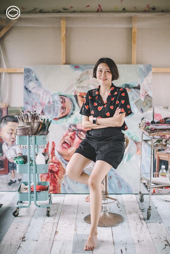 บ้านและที่ทำงานของ ลำพู กันเสนาะ ศิลปินจิตรกรรมล้อเลียนแนวหัวโต ผู้หยิบเอาคนใกล้บ้านและอารมณ์ขันมาสร้างสรรค์งานเสียดสีสังคม