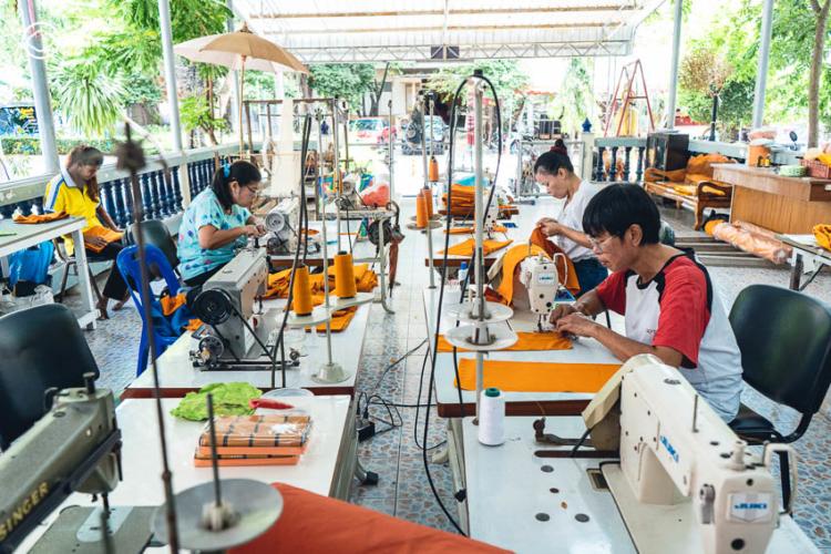 โครงการแปรรูปขวดพลาสติกใสให้กลายเป็นจีวรหนึ่งเดียวในเมืองไทย เพื่อลดโลกร้อนและสอนผู้คนให้เข้าถึงแก่นธรรมะผ่าน ขยะพลาสติก