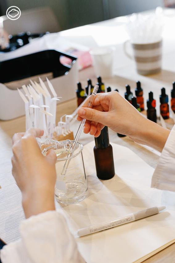 เข้าคลาส Scent Designer เรียนวิชาความหอมและลงมือออกแบบกลิ่นประจำตัว