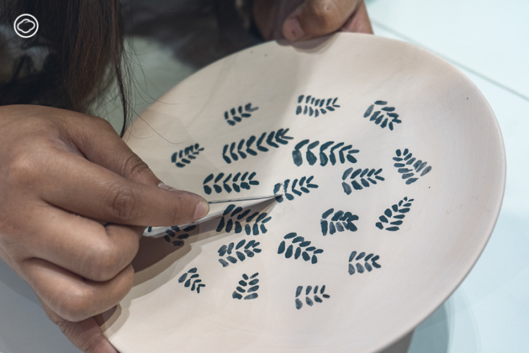เรียนรู้วิธีวาดลวดลาย ลงสี บนจานเซรามิกขาวด้วยตัวเองทีละใบตาม สารพัดช่าง 04 : The Painter