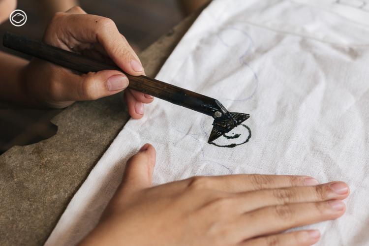 ฝ้ายเงินฝ้ายทอง: แบรนด์ผ้าเขียนเทียนของชาวม้งที่พาดีไซน์บรรพบุรุษไปไกลกว่าจ.น่าน