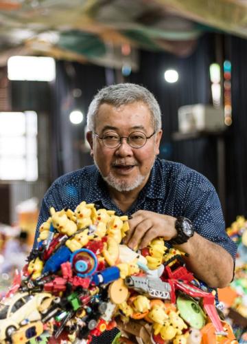 สตูดิโอชั่วคราวของ Hiroshi Fuji ศิลปินผู้เก็บของเล่นเหลือใช้นับพันต่อเป็นโลกดึกดำบรรพ์ในไทย