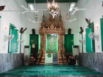 มัสยิดบางหลวง มัสยิดเดียวในไทยที่สร้างด้วยสถาปัตย์วัดพุทธจนชาวพุทธยังยกมือไหว้