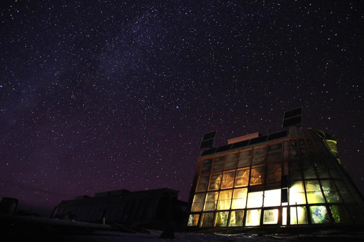 Earthship บ้านจากกระป๋องเบียร์ของสถาปนิกอเมริกันที่ออกแบบให้ใช้พลังงานธรรมชาติ 100%