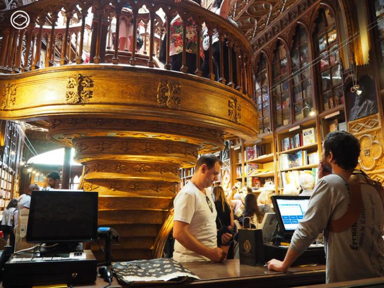ต่อแถวเข้า Livraria Lello ไปต้องมนตร์ต้นแบบของร้านตัวบรรจงและหยดหมึกใน Harry Potter เมืองปอร์โต (Porto) ประเทศโปรตุเกส