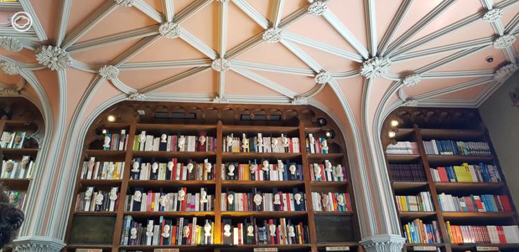 ต่อแถวเข้า Livraria Lello ไปต้องมนตร์ต้นแบบของร้านตัวบรรจงและหยดหมึกใน Harry Potter