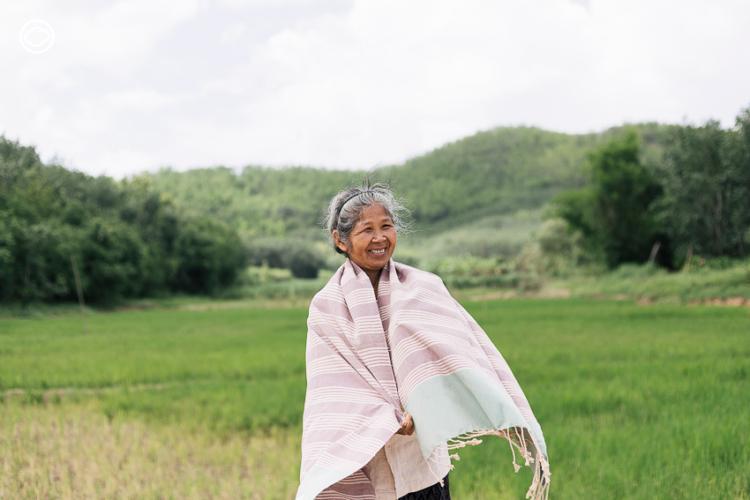 ระนอง กองแสน ผู้นำแม่หญิงบ้านนาหนองบงที่ลุกขึ้นสู้กับเหมืองทองเพื่อบ้านเกิดด้วยการ ทอผ้า