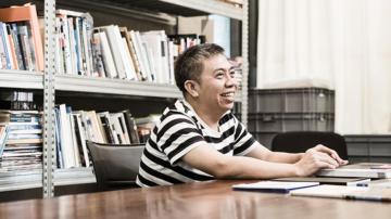 พาไปรู้จัก สยาม อัตตะริยะ นักออกแบบกราฟิกแห่งปีที่ใช้อารมณ์ขันคิดงานให้เหนือความคาดหมาย