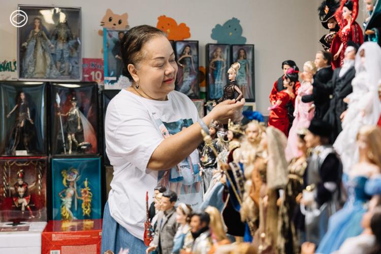 สุนันท์ วิเศษกิจ นักสะสมบาร์บี้ไทยที่หาตุ๊กตาบาร์บี้จากทุกมุมโลกมาสะสมกว่าครึ่งหมื่น