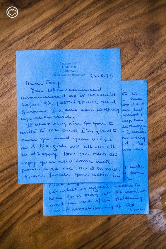 จดหมายและการ์ดที่เขียนถึงโทนี่ ลงชื่อว่า Elizabeth Chula Chakrabongse หรือ หม่อมเอลิซาเบธ จักรพงษ์ ณ อยุธยา พระชายาในพระองค์จุลฯ คุณแม่ของคุณหญิงนริศรา