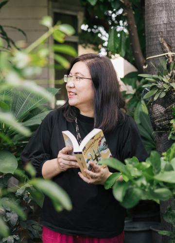 โลกอีกใบในเรื่องเล่าของ กิ่งฉัตร นักเขียนนวนิยายเจ้าของผลงาน สูตรเสน่หา พรพรหมอลเวง ฯลฯ