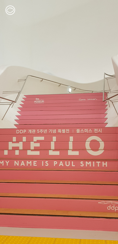 """Hello, my name is Paul Smith."" นิทรรศการที่ว่าด้วยทั้งชีวิตของตำนานแห่งโลกแฟชั่น Paul Smith"