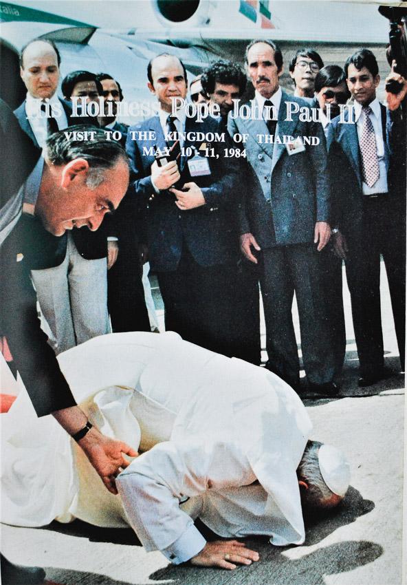 ย้อนไปครั้งแรกที่โป๊ปเสด็จเยือนไทย ดูว่าพระสันตะปาปาจอห์น ปอลที่ 2 มาทำอะไรในยุค พล.อ.เปรม