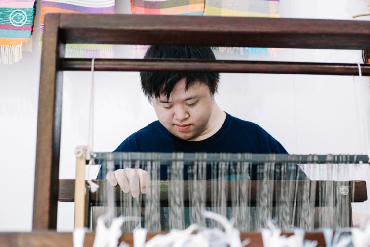 Sunfun Weaving สตูดิโอสร้างสรรค์ผ้าทอผืนสวยด้วยฝีมือศิลปินดาวน์ซินโดรม