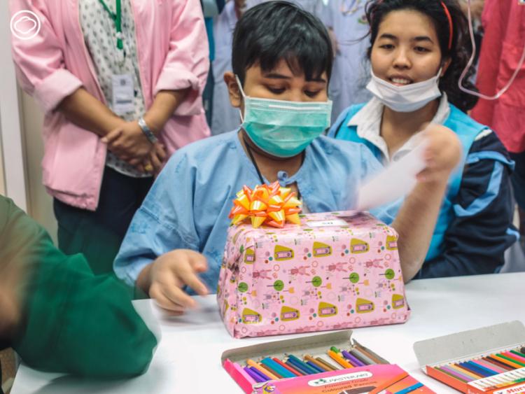 มูลนิธิกระจกเงา เยียวยาผู้ป่วยเด็กนับพัน ด้วยการชวนอาสาสมัครไปสร้างพื้นที่แห่งความสุขในโรงพยาบาล