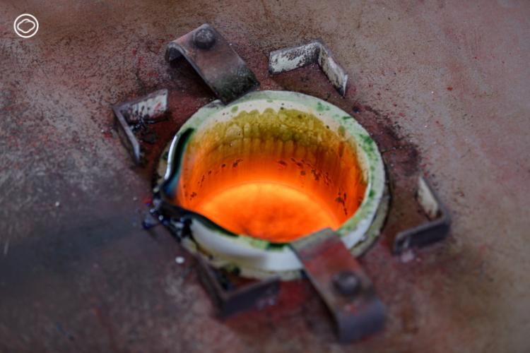 ช่างหุงกระจกเพียงคนเดียวในไทย ผู้รื้อฟื้นกระจกโบราณที่หายไปจากแผ่นดินสยามกว่า 150 ปี