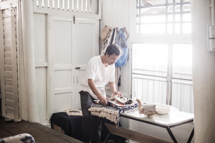 ปฏิพัทธ์ ชัยวิเทศ ผู้ออกแบบ Textile ออกนอกกรอบ ด้วยการถักทอตะเกียบ ผลไม้ ฯลฯ ให้เป็นผืน
