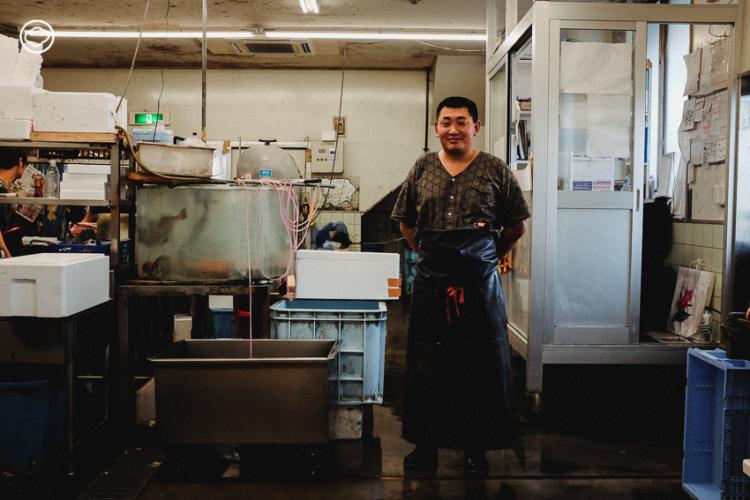 นาโอกิ มาเอดะ นักแล่ปลา เจ้าของศาสตร์เฉพาะ ที่เป็นผู้ตัดสินใจเลือกปลาให้ร้านมิชลินสตาร์