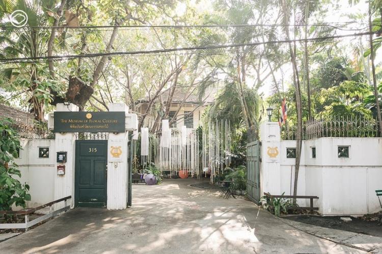 พิพิธภัณฑ์วัฒนธรรมดอกไม้ บ้านไม้สักโคโลเนียลที่เล่าเทรนด์ดอกไม้ไทยตั้งแต่สุโขทัยจนรัตนโกสินทร์