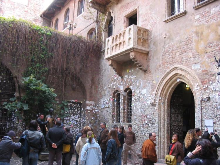 ไป Verona เยือนบ้านจูเลียตที่ไม่เคยเป็นบ้านจูเลียต และระเบียงในฉากลือลั่นที่สร้างกันเองจากโลงหิน