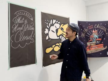 Chalkboy ศิลปินเขียนชอล์กชาวญี่ปุ่น ที่เติบโตจากการเขียนบอร์ดเมนูตอนทำงานพาร์ตไทม์ที่คาเฟ่