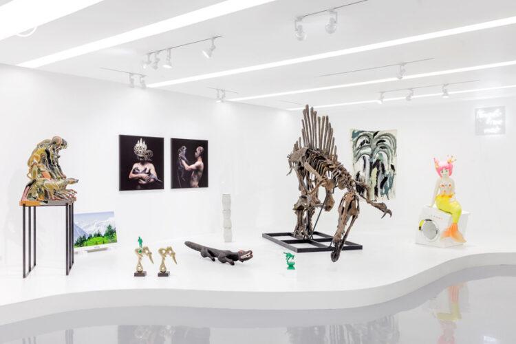 นิทรรศการของสะสมที่ JWD Art Space กลางสยามซึ่งมีแจกันปิกัสโซยันโครงกระดูกไดโนเสาร์ขนาด 1:1