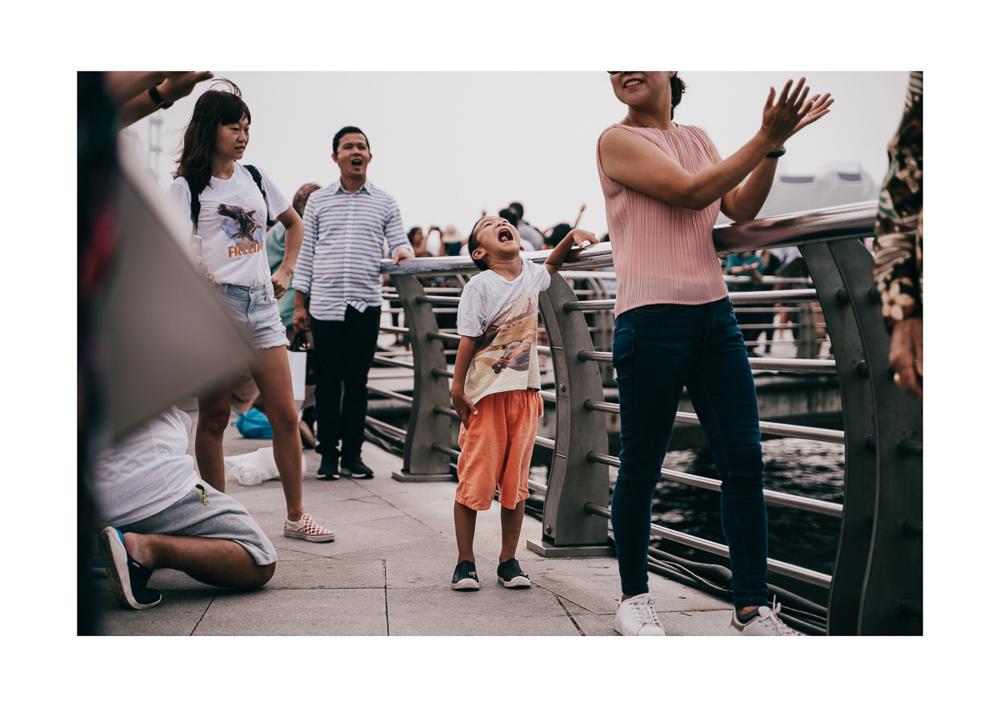 เซ็ตภาพศิลปินสิงคโปร์ที่เผยความลึกลับที่เกิดขึ้นระหว่าง Merlion กับนักท่องเที่ยว