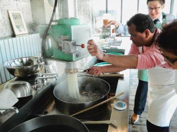 เวิร์กช็อปนวดเส้นบะหมี่เย็น ทำสุดยอดก๋วยเตี๋ยวแห่งโมริโอกะเป็นอาหารเที่ยงที่ญี่ปุ่น