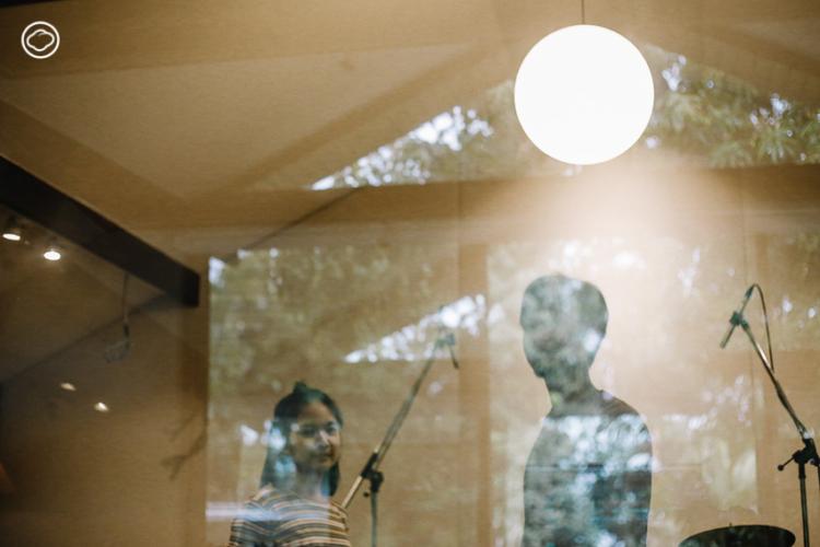 เยี่ยมบ้านที่เป็นทั้งสตูดิโอทำเพลง โรงเรียนอนุบาล และร้านอาหารของสองพี่น้องวง Plastic Plastic