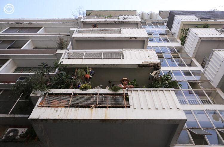อพาร์ตเมนต์ยุคเก่า บ้านที่มีของเยอะ มีของซ้ำ และมีแต่ของสีแดง ของ ศุภชัย เพ็ชรี่