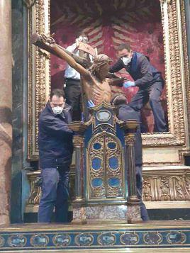 ไม้กางเขนสำคัญของอิตาลีที่เป็น 'พระรอด' ซึ่งชาวโรมเชื่อว่าช่วยให้รอดจากภัยโรคระบาด